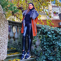 La Force zadovoljni kupac nosi prelep monton braon boje sa sivim krznom